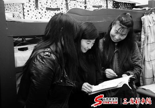 梁静丰(右)正在和大学生口语交流