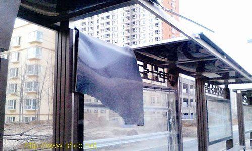 破损的公交候车厅。