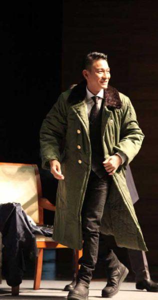 刘德华穿军大衣亮相清华