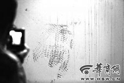 33楼走廊窗户的墙上留有脚印 华商报记者 袁琛 摄