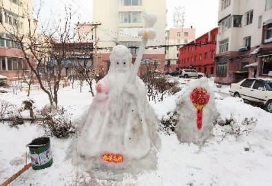 寿星雪雕特意用水浇过,让它更结实
