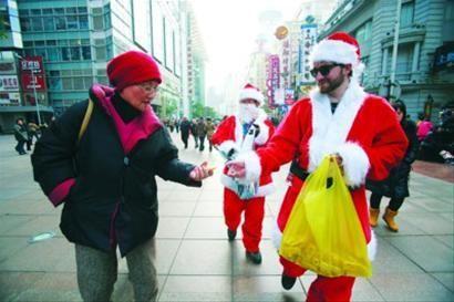 """随着越来越多的商家在12月邀请各类圣诞老人为其活动助兴,圣诞老人扮演者的""""行情""""也见涨。"""