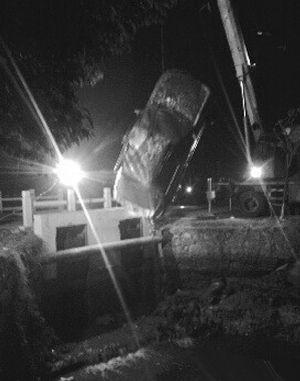 晚上11点多,轿车被打捞上来 报料人供图