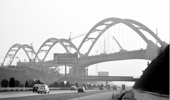 铁路建设者加紧建设大西客专太北跨北同蒲铁路特大桥