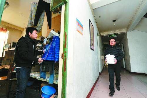 米宁(右)在学生宿舍楼内送快餐