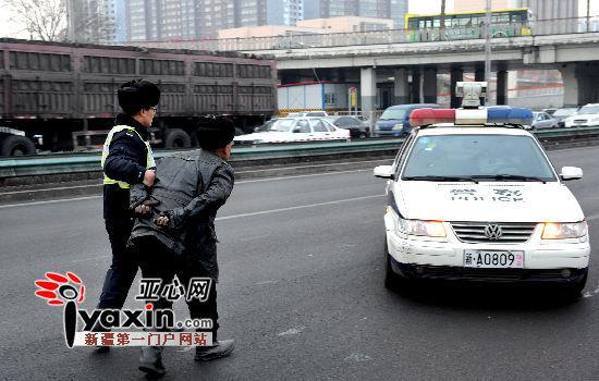 肇事的大货车司机因身体出现严重不适症状,交警遂带他前往医院就医。