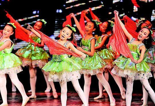 平民中学的学生在表演《落雨天》