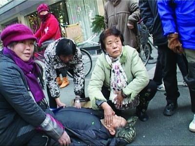 过路女子救助晕倒老人