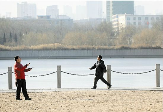 由于近段时间早晨空气质量整体不高,部分市民选择午后锻炼