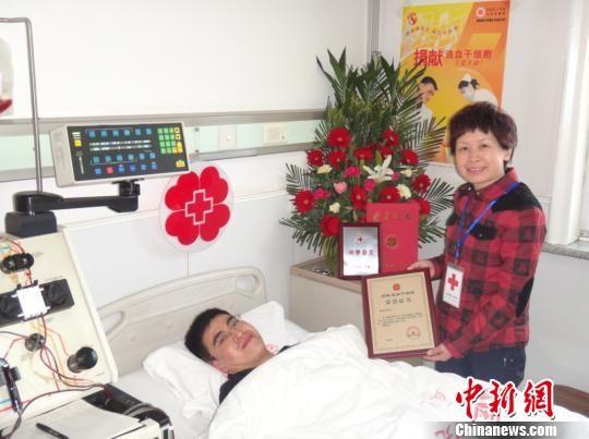 """20日,左彤代表山西省红十字会授予焦晋东""""山西省红十字会荣誉会员""""称号,表彰他参与公益、奉献爱心、拯救生命的高尚行为,并对他二次挽救白血病患者生命的爱心和善举表示衷心的感谢。 范丽芳 摄"""