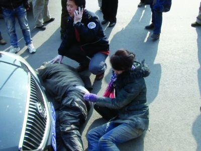 这对倒在车轮下的夫妻,被路边的条石救了一命。