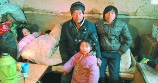 马爹爹和他的三个孩子,左一为病中的明珠。
