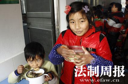 小姐妹在食堂开心地吃饭。