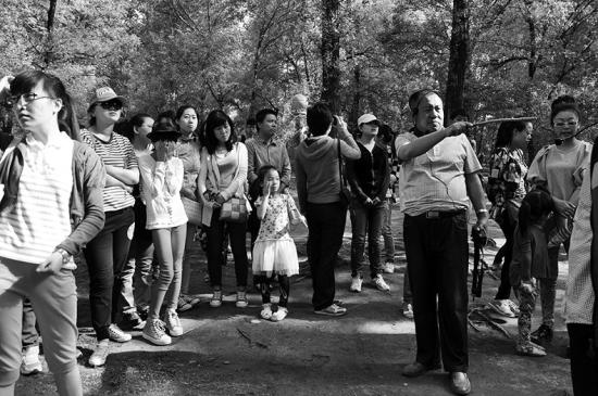2013年夏天冯学光为景区游客讲解。