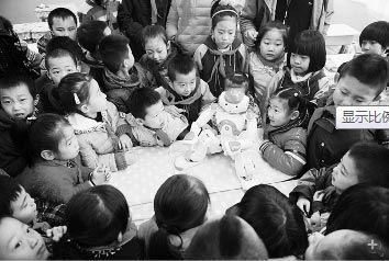 孩子们正在听NAO老师讲课
