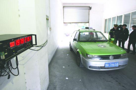 在交委执法人员的监督下,成都市出租车计价器检定站工作人员对涉事出租车进行检定。