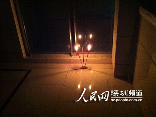 小区居民点燃蜡烛表示哀悼。(网友供图)