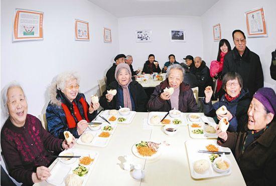 社区老人在今秀西沟老年餐厅就餐 山西晚报记者 寇宁摄