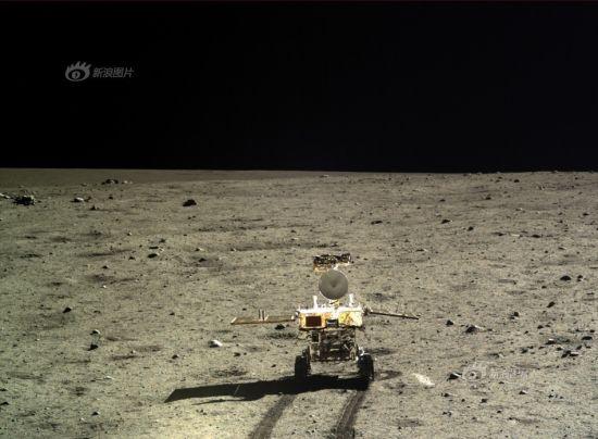 嫦娥三号两器互拍结束 月球车开始月面测试工作