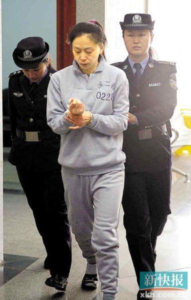 郑利被押入法庭。