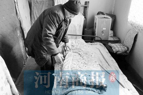 提起愿望,王老太说,就想给儿子换张好点的单人床 河南商报记者 邱晓峰/摄
