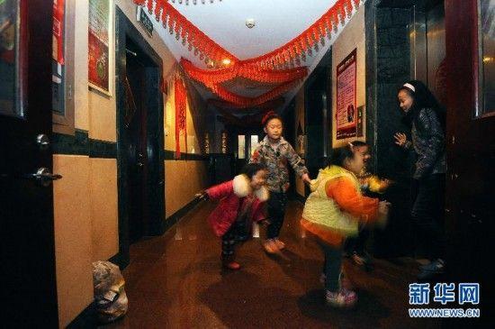 太原:城中村改造拆迁 村民住星级宾馆太原前北屯村的孩子们在迎西大厦的过道里玩游戏(1月5日摄)。