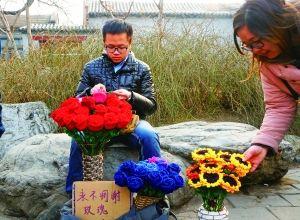 李博文周末在什刹海摆摊卖花