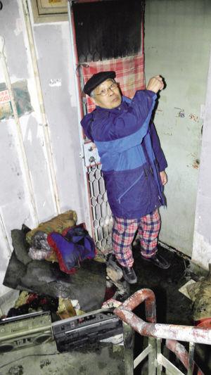 救火后,王学明老人的毛衣和睡裤都蹭脏了。