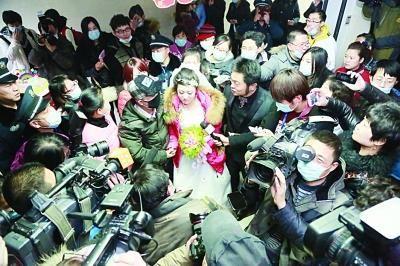 夫妻俩的特殊婚礼吸引了众多媒体采访。马志亚摄