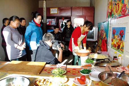 央视春晚节目组正在大同县聚乐乡东阁老山村拍摄油炸糕的制作。