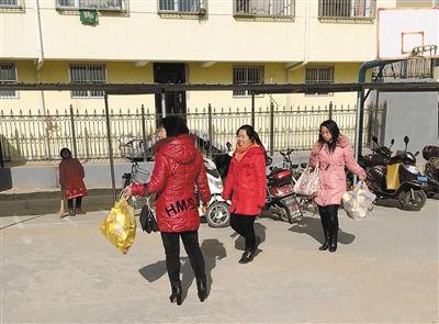 """1月3日下午2时许,五台县实验小学,一些老师手提成袋的""""纸元宝""""走进校园。"""
