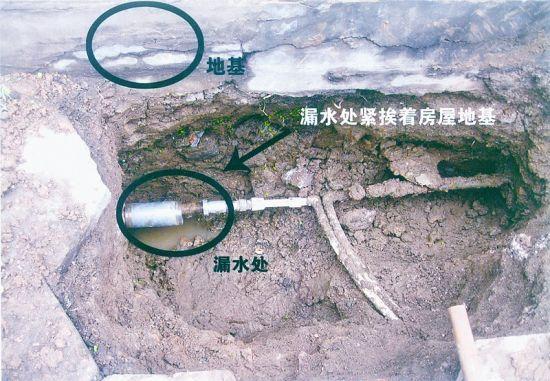 李根成家门前的漏水处,原本应有窨井,但在水网改造时被简化了,山西日报记者摄