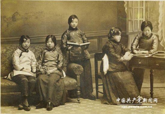 邓颖超(左二)与女师同学合影。