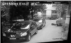 监控录像中,驾驶座上的小林撞车前,似乎已经向左侧倒去。