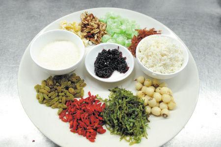 制作八宝饭的材料,中间是桂花糖。