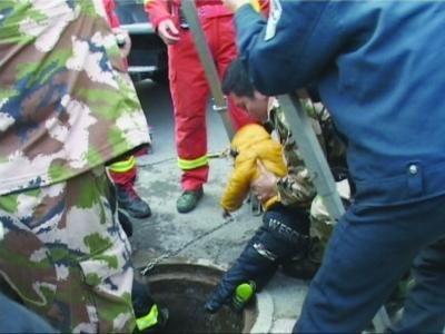 男童被救出窨井。