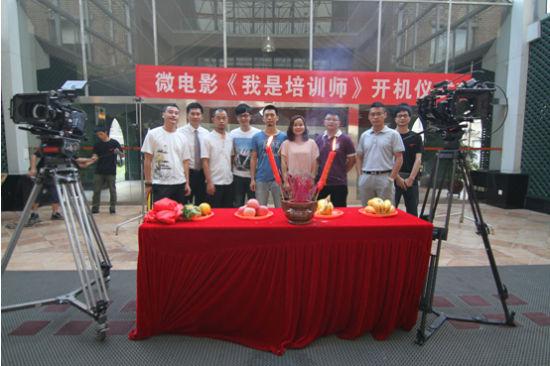 图为正在工作中的深圳联澳团队