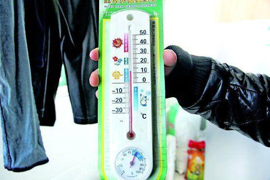 住户家中的温度计显示室温不到12℃。