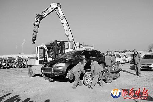 工作人员提前将机动车进行拆解本报记者寇宁摄影报道