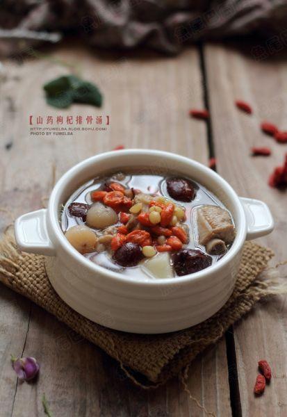 山药枸杞排骨汤,清淡不油腻,是一款适合一家大小的汤,具有清虚热、固肠胃、健脾胃的功效。尤其适合老人和小孩。