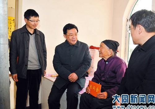 图为市委书记丰立祥在大同县南庄村低保户周淑生家中慰问。郭平摄