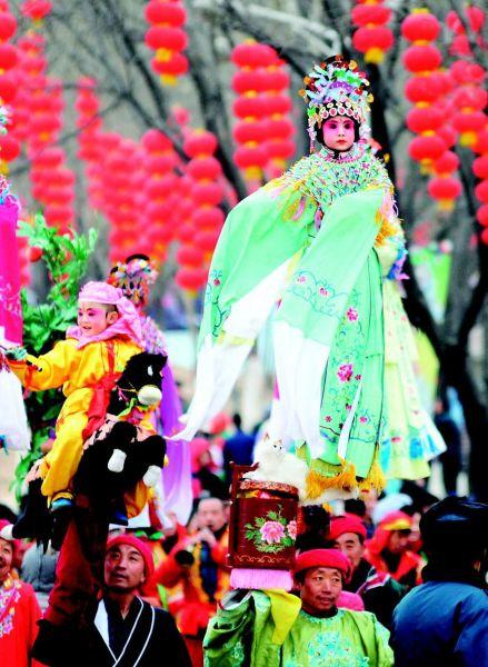 春节期间,太原动物园文化庙会游人如织
