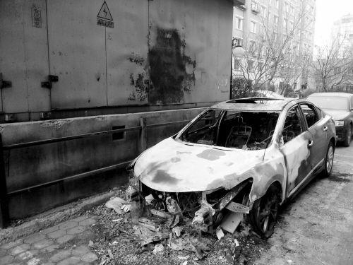 """事发怒江街附近""""天籁""""车被烧成空壳"""