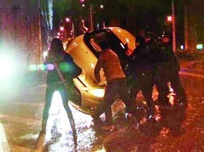 车辆侧翻,路人和交警帮助扶起。