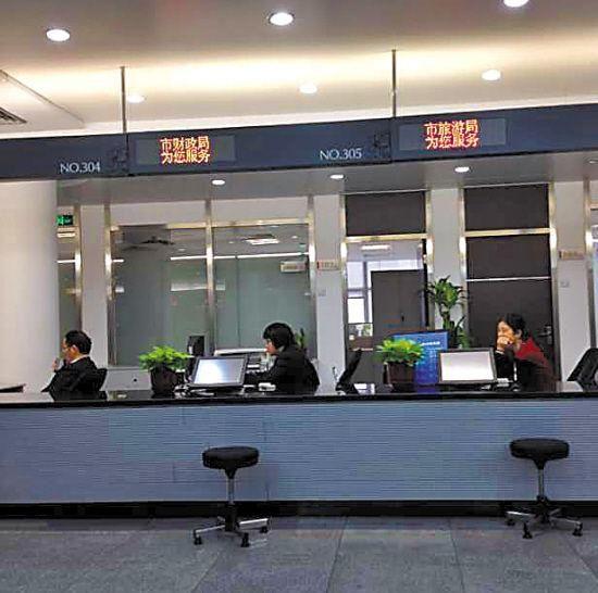 昨日上午,广州市政务服务中心各窗口工作人员悉数到岗,而前来办事的市民寥寥 记者 林桂炎 摄