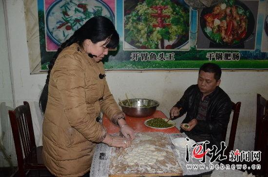 范怀庆和袁捧爱正在自家川菜馆内包饺子。