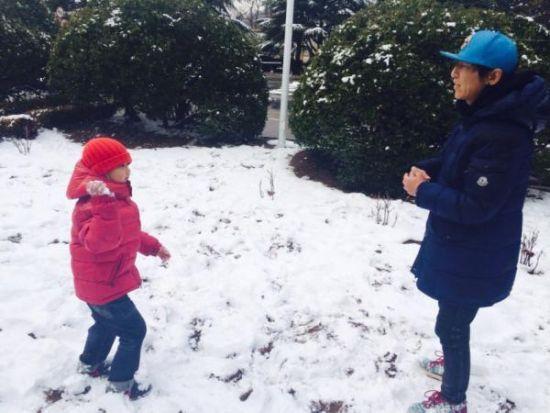 陈羽凡和儿子打雪仗
