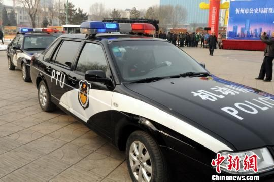 """2月12日,山西忻州市公安局举行市区新型巡逻防控警务暨PTU机动队启动仪式,24辆由头戴贝雷帽的特警驾驶、车身标注""""PTU""""字样编号的巡逻车在忻州市街头亮相——这是忻州警方刚成立的""""机动部队""""PTU。 韩波 摄"""