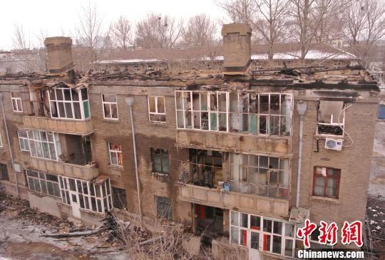 木制楼顶已全部烧毁。 李新锁 摄
