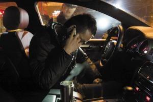 奥迪车司机在车中打电话,拒不配合交警检查 记者 谢瑞